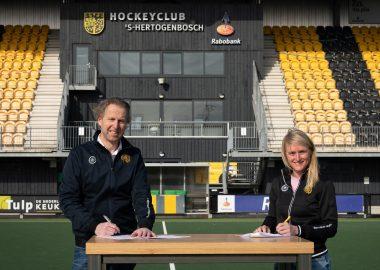 Marieke Dijkstra tekent een contract bij Den Bosch.