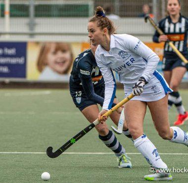 Pam Imhof in actie in de wedstrijd tegen HDM. Kampong speelt laat in de wedstrijd gelijk.