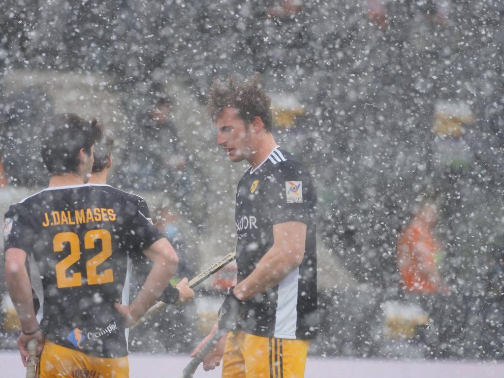 De Spaanse opponent zal niet vaak met sneeuw hebben moeten spelen.