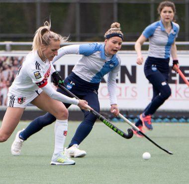 Lauren Stam in actie met Elke Boers.