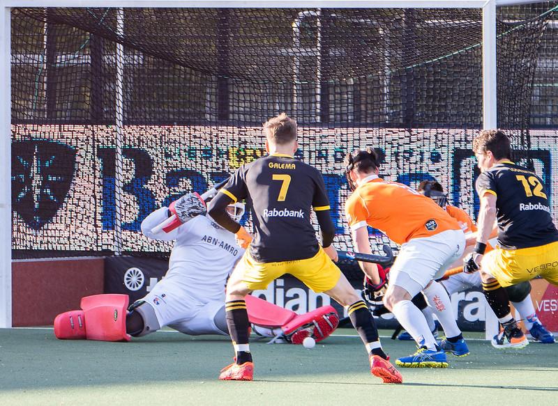 Een scrimmage voor de goal van Maurits Visser.