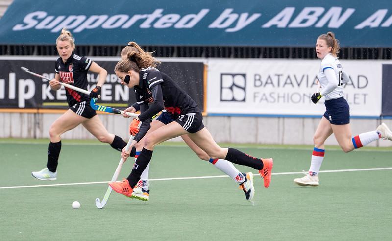 Felice Albers speelt met een stuk verband in de kruisfinale tegen SCHC.