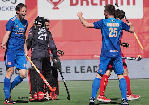 Mirco Pruyser en Thierry Brinkman vieren het doelpunt van de spits. De Nederlandse hockeyheren winnen met 0-4 van België.