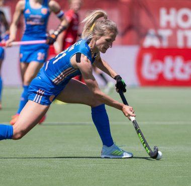 Lauren Stam in actie op het EK Hockey.