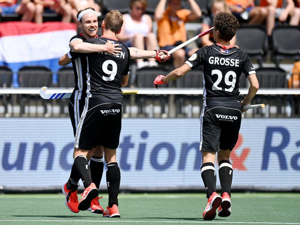 Duitsland viert de 0-1 nadat Ruhr zijn strafbal scoort.