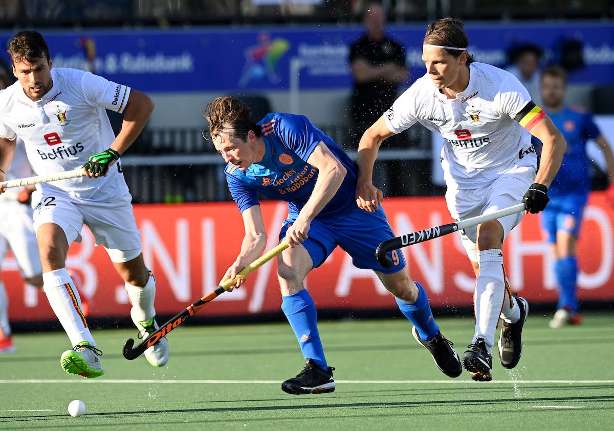 Nederland kwam België vorige maand tegen op het EK Hockey in Amstelveen. Toen won Oranje. Op de foto is Seve van Ass in actie met Felix Denayer.