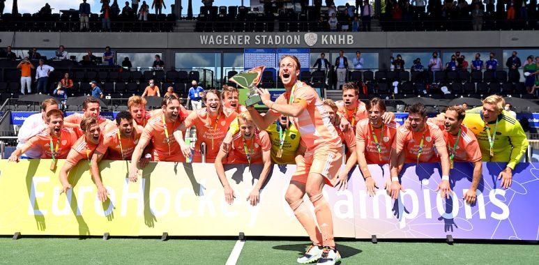 Billy Bakker viert de Europese titel met de Nederlandse heren in 2021.