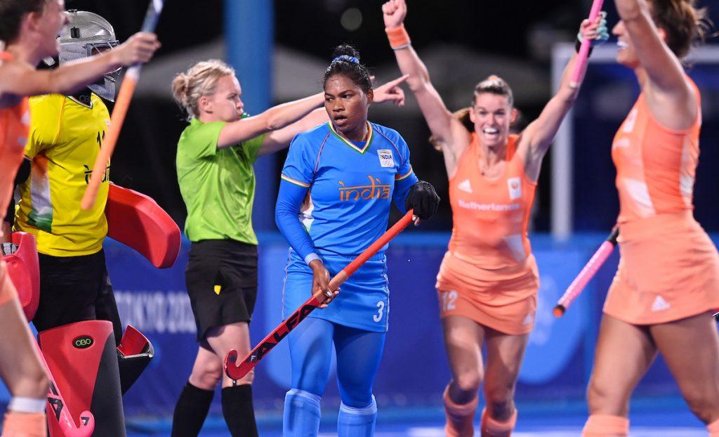 Lidewij Welten en Frederique Matla zijn blij met de 1-0 van Felice Albers.