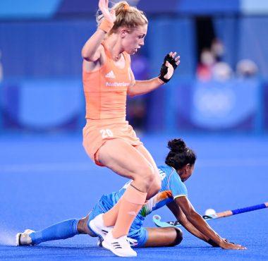 Laura Nunnink verliest haar stick in het duel met een Indiase verdedigster op de Olympische Spelen in Tokyo