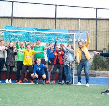 Coen van Bunge geeft een workshop aan de Parahockeyers.