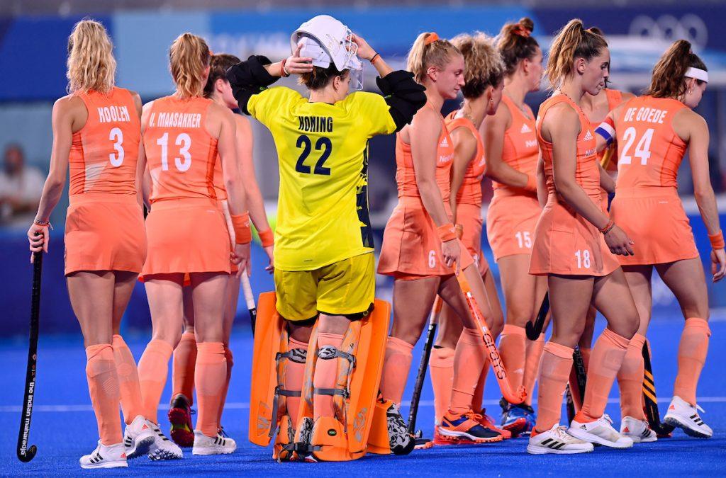 De Nederlandse dames maken zich op voor het derde kwart van de wedstrijd.